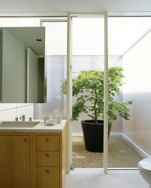 Bathroom with a Pot of Flower in Modern Marin County Residence by Dirk Denison Architects 523x650 Desain Rumah Modern oleh Arsitek Dirk Denison